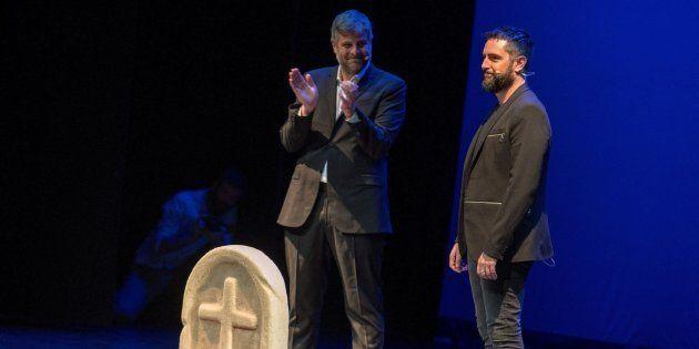 Raúl Cimas aplaude a Dani Mateo en el escenario del Teatro Quijano de Ciudad