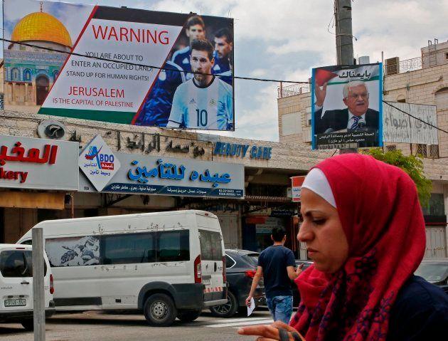 Carteles en la ciudad cisjordana de Hebrón avisando a Messi de que Jerusalén es territorio