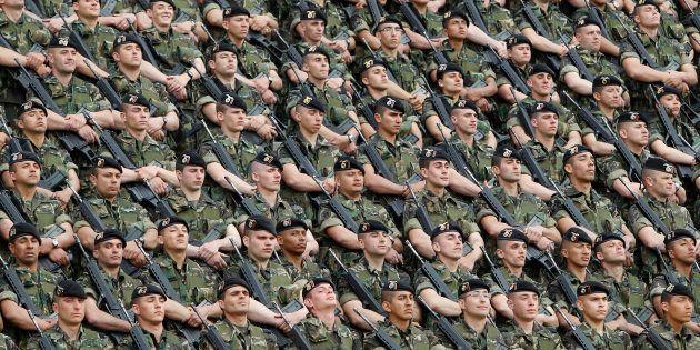 Un grupo de paracaidistas, en la base de Paracuellos del Jarama (Madrid), en