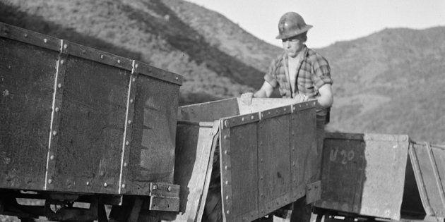 Un trabajador descarga en Kingman (Arizona, Estados Unidos) los carros de wolframio que han sido transportados...