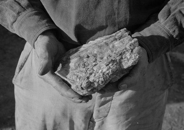 Un trabajador de la mina Boriana (Arizona, Estados Unidos) enseña una roca del mineral wolframio recién