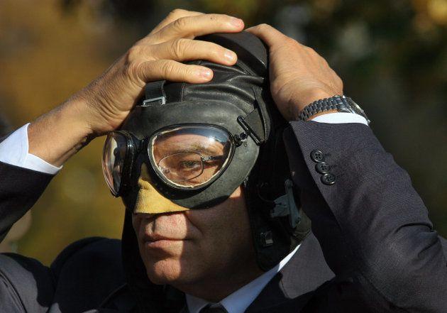 Josep Borrell, cuando era presidente del Parlamento Europeo, prueba un gorro de aviador en el mercado...