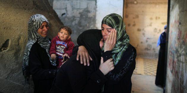 Familiares del palestino asesinado lloran su