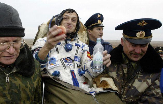 Pedro Duque está siendo transportado desde la cápsula espacial rusa