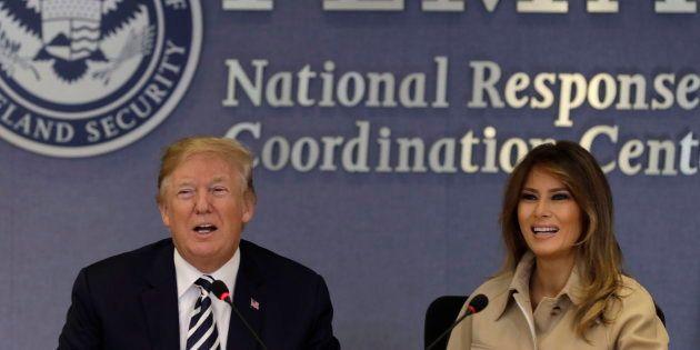 El presidente estadounidense, Donald J. Trump (i), habla junto a su esposa, Melania Trump (d), el pasado