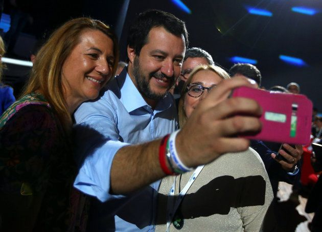 Salvini posa durante un acto en