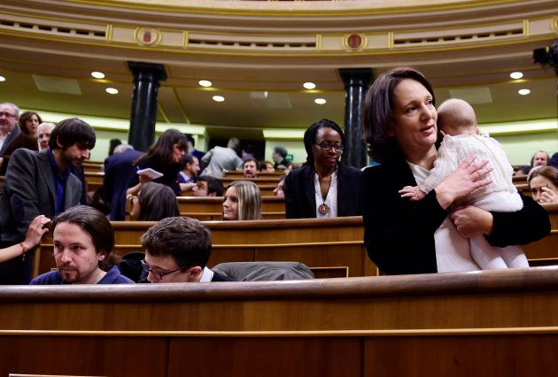 Carolina Bescansa con su bebé en el Parlamento, junto a Errejón e