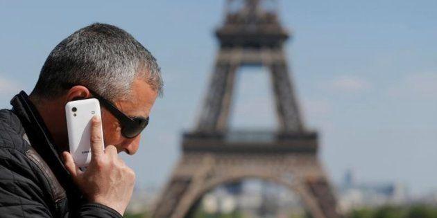 Imagen de archivo de un hombre hablando por teléfono en
