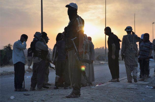 Combatientes del Estado Islámico en un checkpoint de Mosul en 2014, durante la toma de la