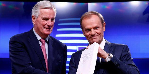 Barnier y Tusk con una copia del acuerdo del