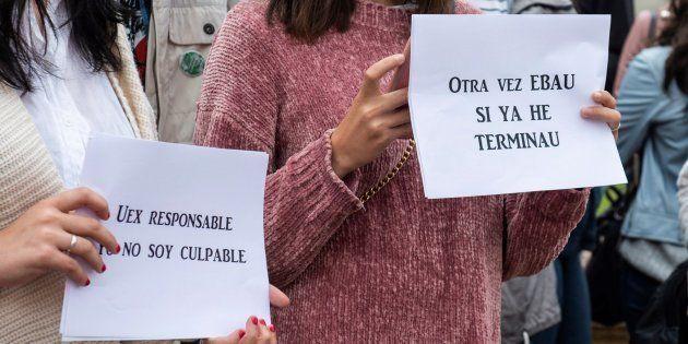 Estudiantes de Bachillerato se manifiestan frente a la Facultad de Filosofía y Letras del Campus de Cáceres...