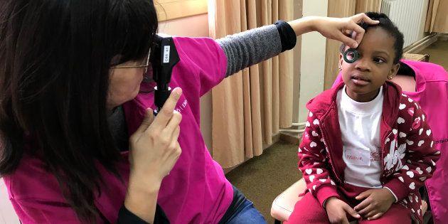 La oftalmóloga pediátrica Ana Wert revisa la vista a una alumna de la escuela Joan XXIII del barrio de...