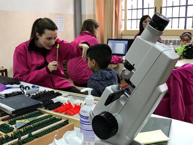 La Fundación IMO instala en las escuelas todo el equipamiento necesario para revisar la agudeza visual...