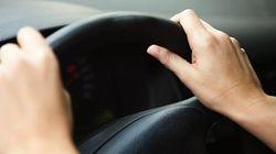 La DGT advierte: este gesto tan habitual al volante puede ser