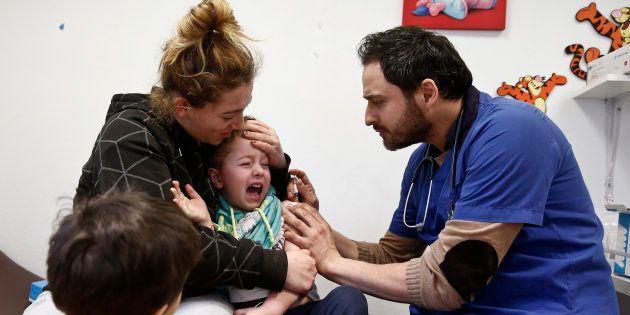 Un pediatra atiende a un