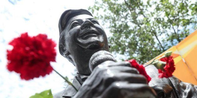 Vista de la estatua del cantante chileno Lucho Gatica con ofrendas florales, en Ranagua,