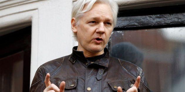 Foto de archivo, 19 de mayo de 2017, del fundador de WikiLeakss, Julian Assange, en la embajada ecuatoriana...