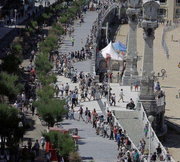 Inicio de la cadena humana en el paseo de La Concha de San