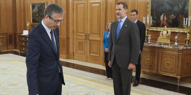 Pablo Hernández de Cos promete su cargo como gobernador del Banco de España ante el rey Felipe VI, en...