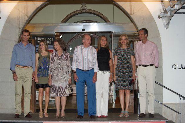 Foto de familia tomada en Palma de Mallorca en 2011, en la que posan el rey Felipe y su esposa Letizia,...