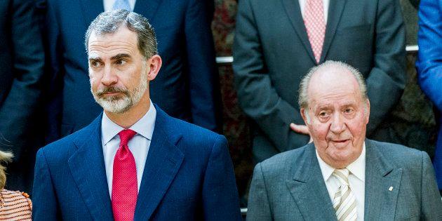 Felipe VI y Juan Carlos I, el pasado 7 de junio, atendiendo a los miembros de la Fundación COTEC en El...
