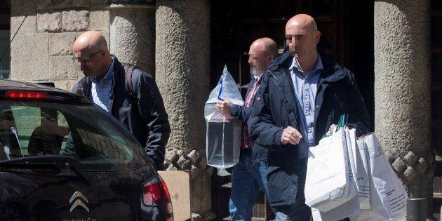 Agentes de la Guardia Civil salen de la sede del Consejo del Diplocat tras un registro, el pasad