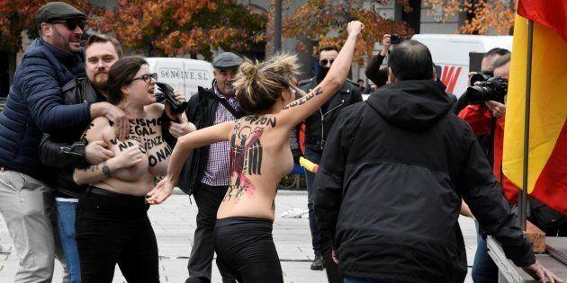 Activistas de Femen protestan en un acto de Falange convocado por el