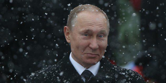 El presidente ruso Vladimir Putin ¿sonríe? tras una ceremonia ante la Tumba del Soldado Desconocido de...
