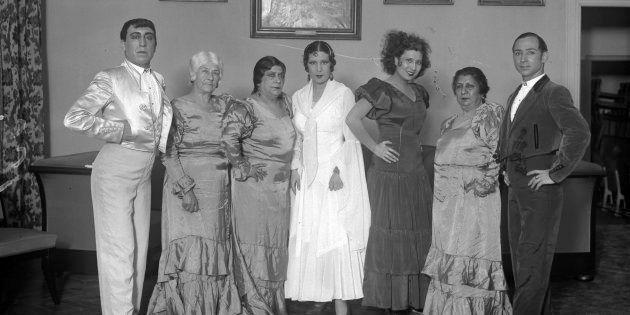 La Compañía de Bailes Españoles caracterizada para 'El amor brujo', 1933. De izquierda a derecha, Rafael...