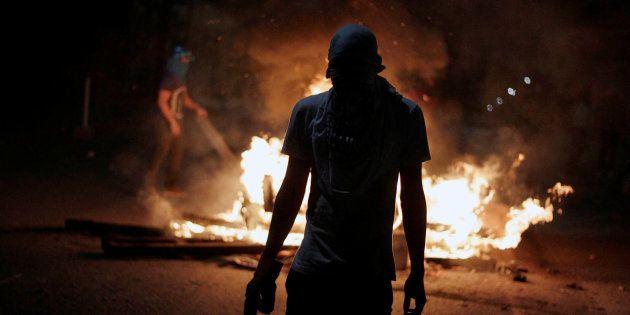 Un simpatizante de la oposición hondureña participa en una barricada, el domingo en la capital,