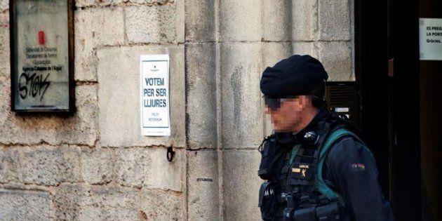 Un guardia civil, en la sede de la empresa Aguas de Girona, el pasado