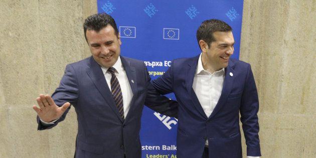 El primer ministro de Macedonia, Zoran Zaev (izq), y su homólogo griego, Alexis Tsipras