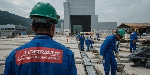 Trabajadores de la constructora Odebrecht, en la obra de una base naval en Itaguai (Brasil), en abril...