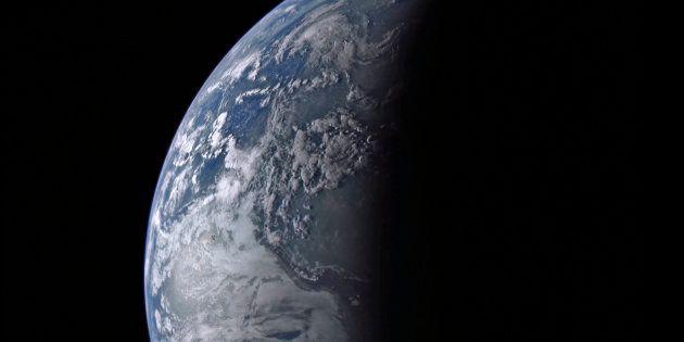 La Tierra vista a 34.692 millas (casi 56.000 kilómetros), en una imagen de la NASA de