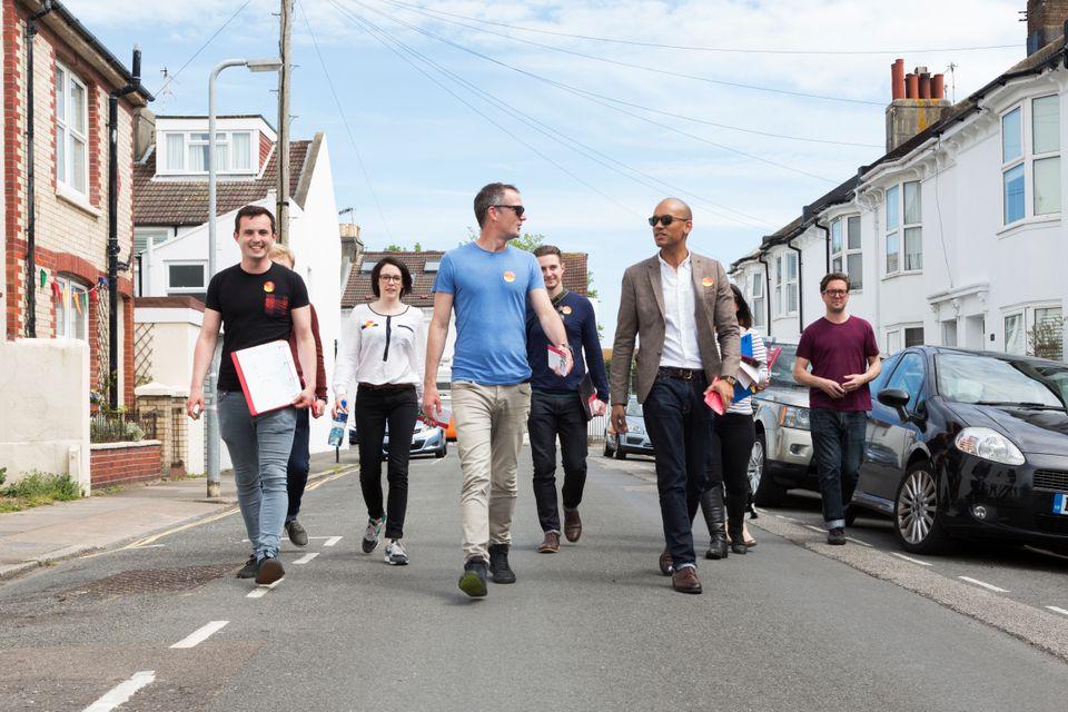 Peter Kyle (Mitte) zusammen mit Wahlhelfern und dem mittlerweile unabhängigen Abgeordneten Chuka...