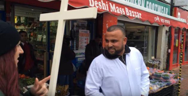 Fransen blande una cruz durante una patrulla cristiana en un vídeo grabado por Britain