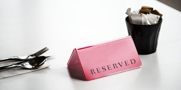 Una mesa reservada en un