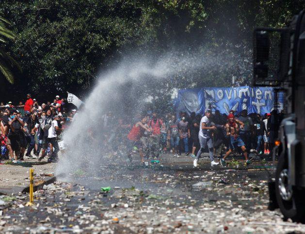 Batalla campal en los alrededores del Parlamento argentino por la reforma del sistema de