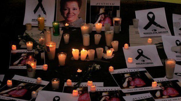 Velas y mensajes en homenaje a los periodistas asesinados en México, como Miroslava