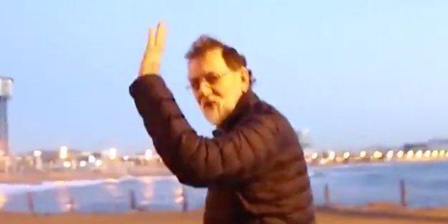 Rajoy publica uno de sus típicos vídeos caminando deprisa y pasa lo que tenía que