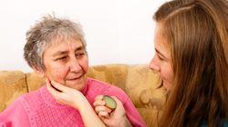 El emocionante vídeo de una abuela con Alzheimer tratando de reconocer a su
