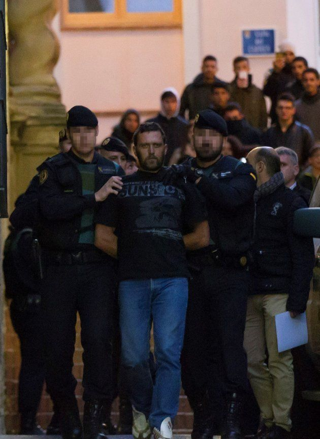 Agentes de la Guardia Civil trasladan al serbio Norbert Feher, acusado del asesinato de dos guardias...
