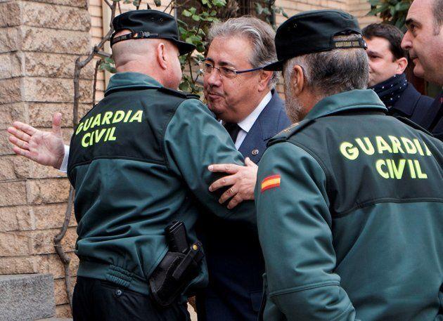 El ministro del Interior, Juan Ignacio Zoido, a su llegada al Cuartel de la Guardia Civil de Alcañiz,...