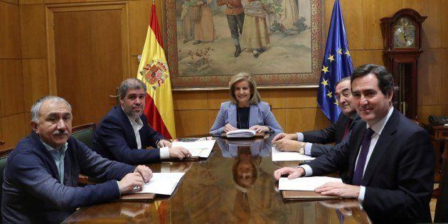 La ministra de Empleo, Fátima Báñez, con los agentes sociales. EFE/
