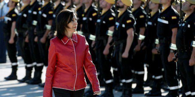 La ministra de Defensa, Margarita Robles, pasa revista durante la visita a la Unidad Militar de Emergencias,...