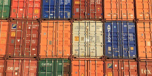 Contenedores de mercancías en un