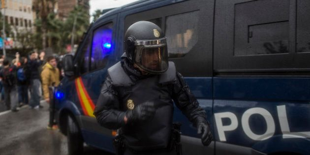 Un agente de la Policía Nacional, ante el instituto Ramon Llull de Barcelona, el 1 de octubre de