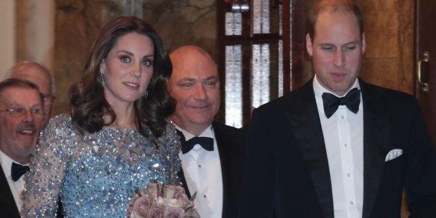 El príncipe Guillermo se convierte en la estrella de la 'Royal Variety Performance' al galopar en el...