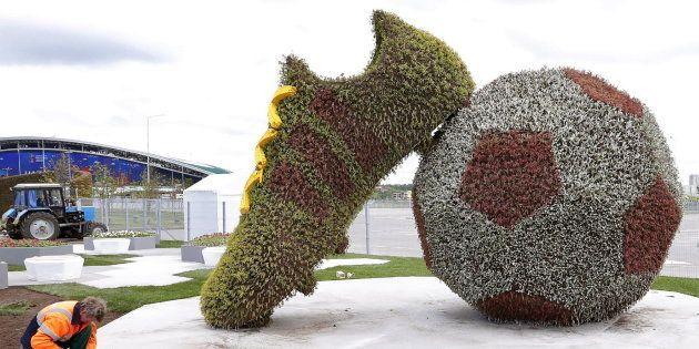 Trabajadores ultiman una decoración floral para el