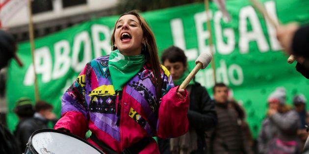 Personas a favor de despenalizar el aborto se manifiestan en el exterior del Congreso, en